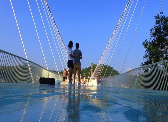 高空玻璃吊桥厂家推荐周末休闲度假放松的好去处!