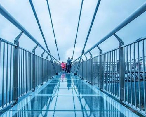 高空玻璃吊桥的安装费用是多少?玻璃吊桥厂家为你解答