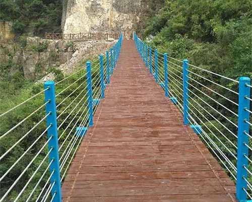 木质吊桥安装厂家简述防腐木吊桥的组成
